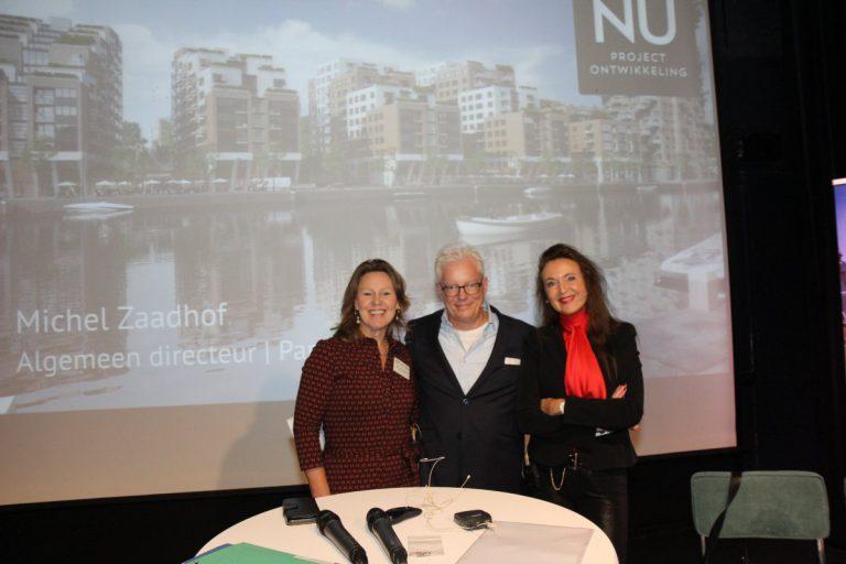 Bart Bakker met zijn 'sidekicks' Marie-Christine Veltkamp (links) en Benedikte Zijlstra (rechts) vooraf aan het Vastgoed-Debat
