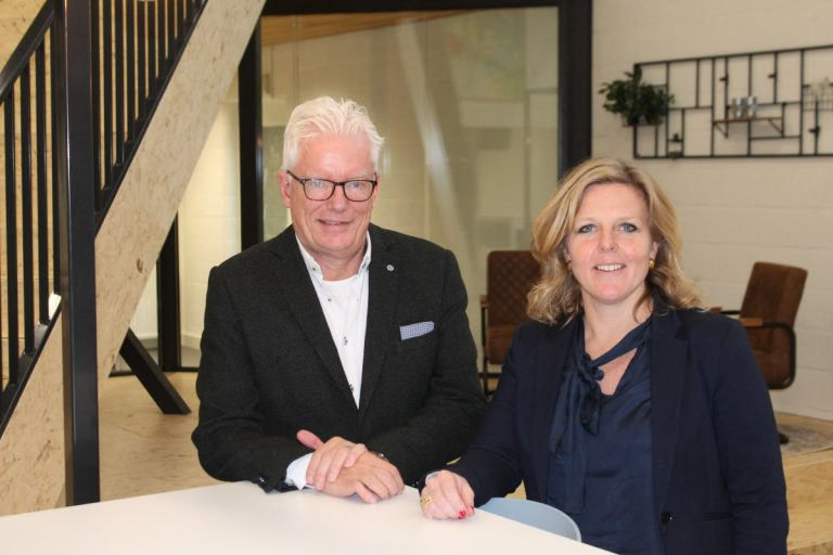 Samen met Charlotte van Thiel, rector van het Veur Lyceum, tijdens een presentatie op de school.